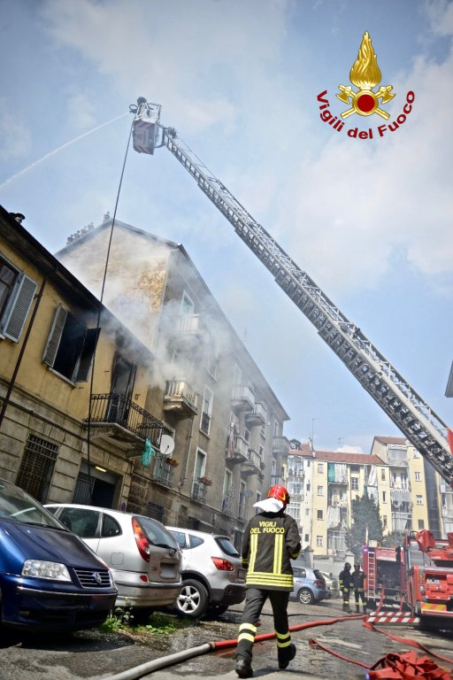 Torino: Esplosione e crollo parziale del tetto di una palazzina.