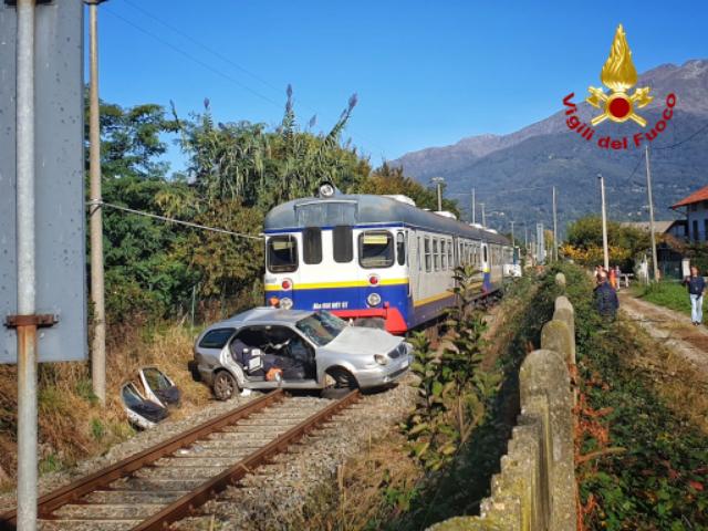 Canavesana: scontro tra un'auto e un treno