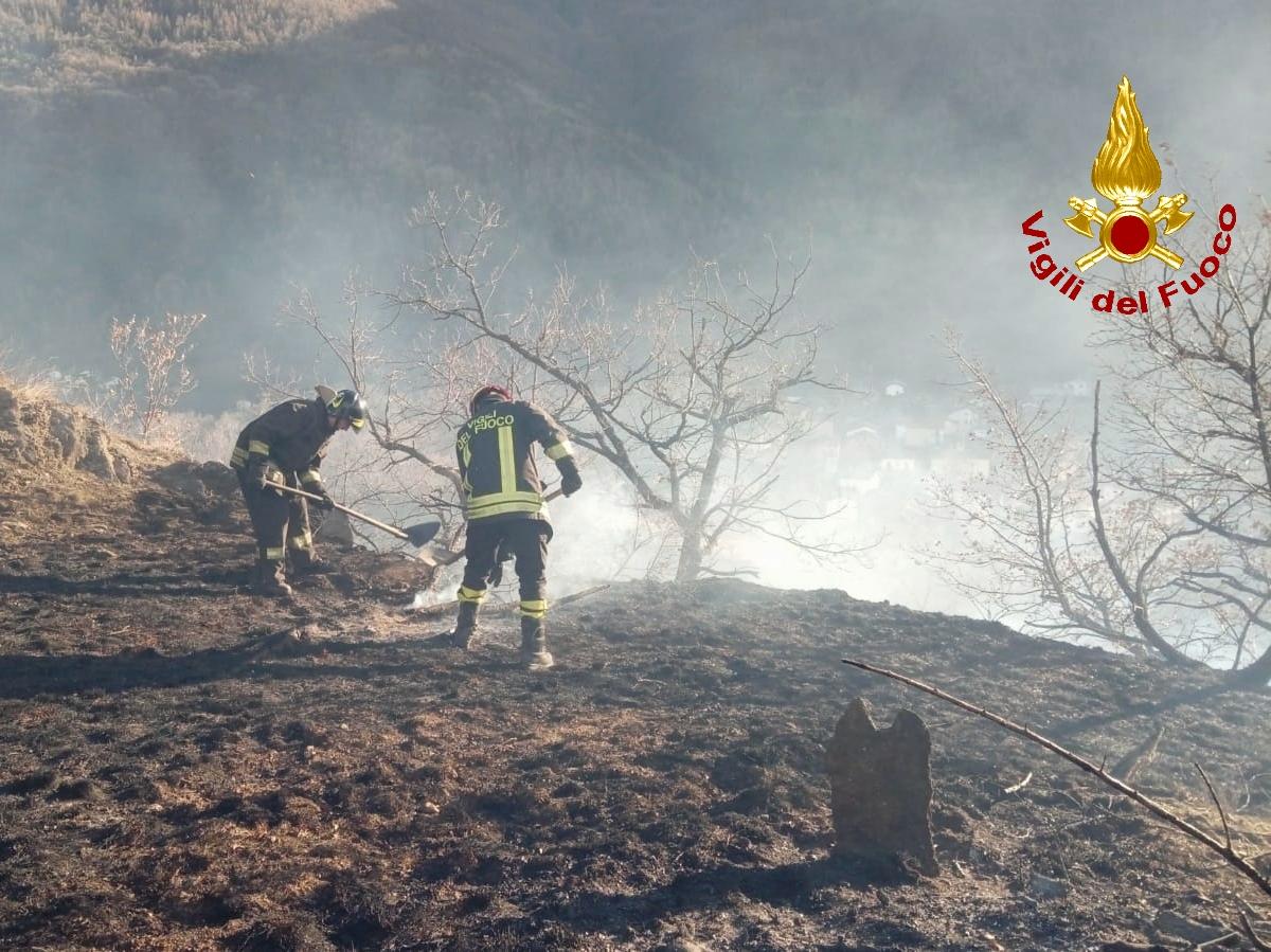 Mattie: incendio nei boschi intervenuti Vigili del Fuoco